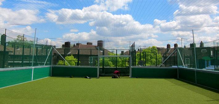 mini terrain de foot l oval london royaume uni premi re installation sur le toit d une. Black Bedroom Furniture Sets. Home Design Ideas